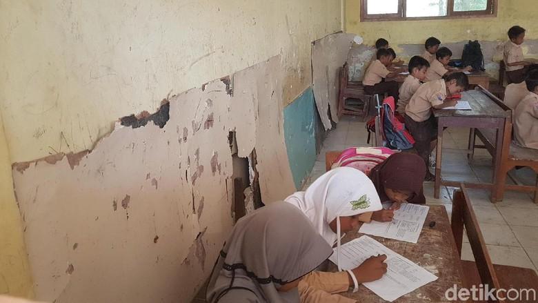 Serang市の中心部にあり、小学校は正確に損傷しています